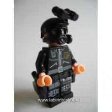 Brick-one poliziotto con maschera